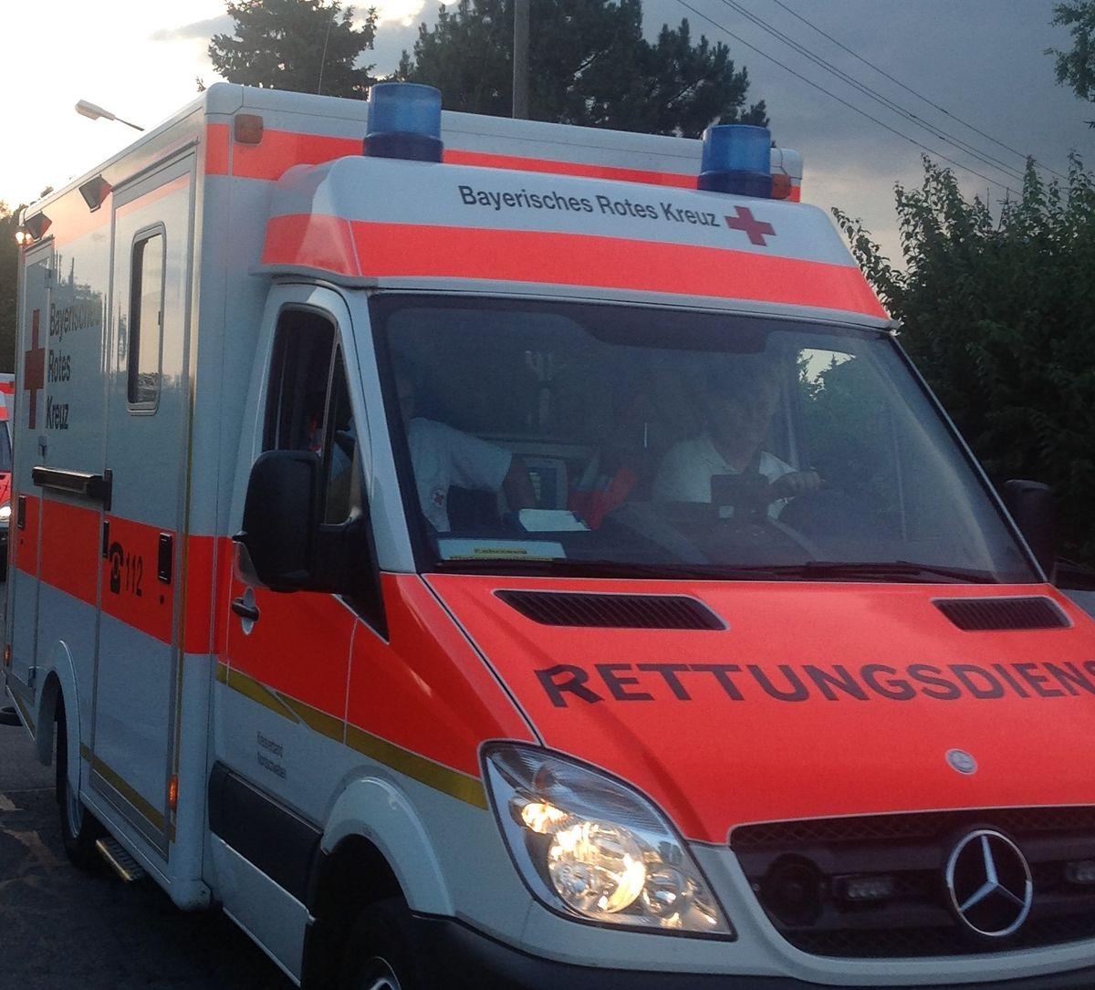 krankenwagen Schwerer Verkehrsunfall mit vier Verletzten auf der B17 News Polizei & Co B17 Baum denklingen Landsberg Unfall |Presse Augsburg