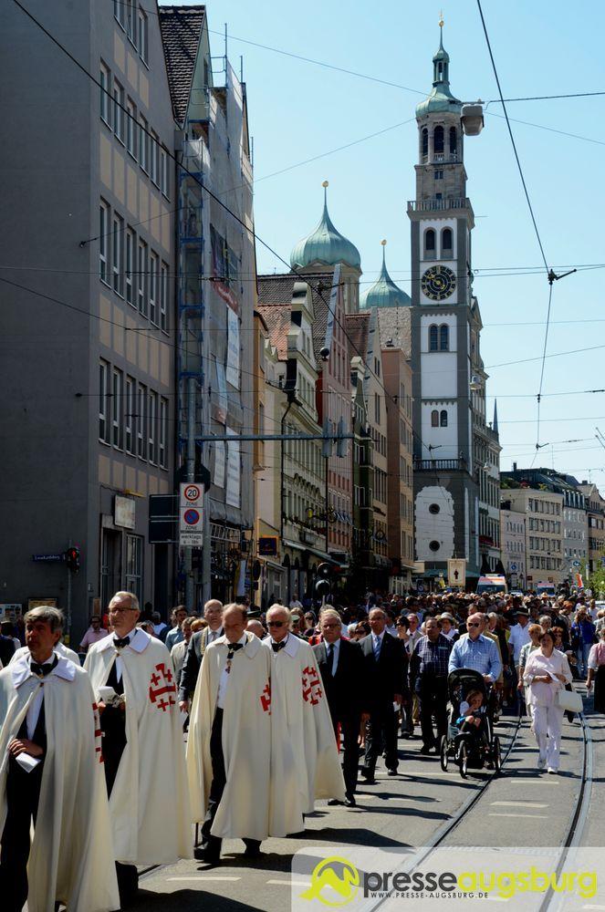 2015-06-04-Fronleichnam-–-51 Augsburg | Rund 800 Gläubige feiern mit einer gemeinsamen Prozession Fronleichnam Kunst & Kultur News Bischof Dr. Konrad Zdarsa Bistum Augsburg Dom Fronleichnam Prozession |Presse Augsburg