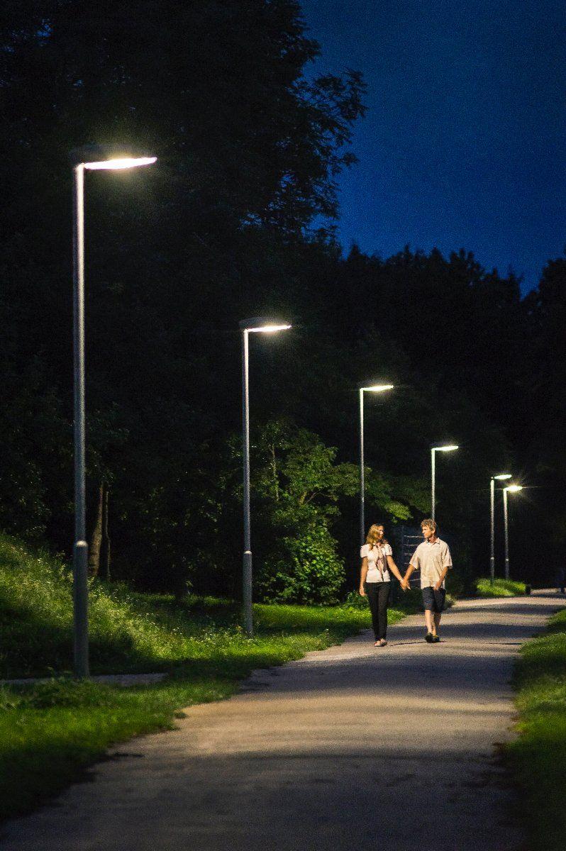 """Ausgezeichnetes LED-Projekts """"bewegtes Licht"""": Sobald sich ein Fußgänger oder Radfahrer nähert, fahren die LED-Straßenlampen hoch und leuchten auch wenig genutzte Wege optimal aus. Bildnachweis: LEW/Funck"""