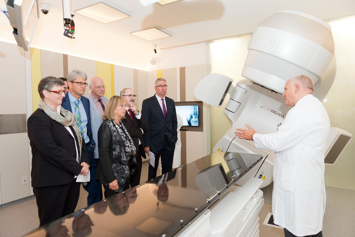 PD Dr. Georg Stüben, Chief Physician at the Department of Radiation Medicine, explains the hospital staff and guests the state-of-the-art linear accelerator, which precisely illuminates a tumor even when a patient moves through breathing, heartbeat or duration of treatment.