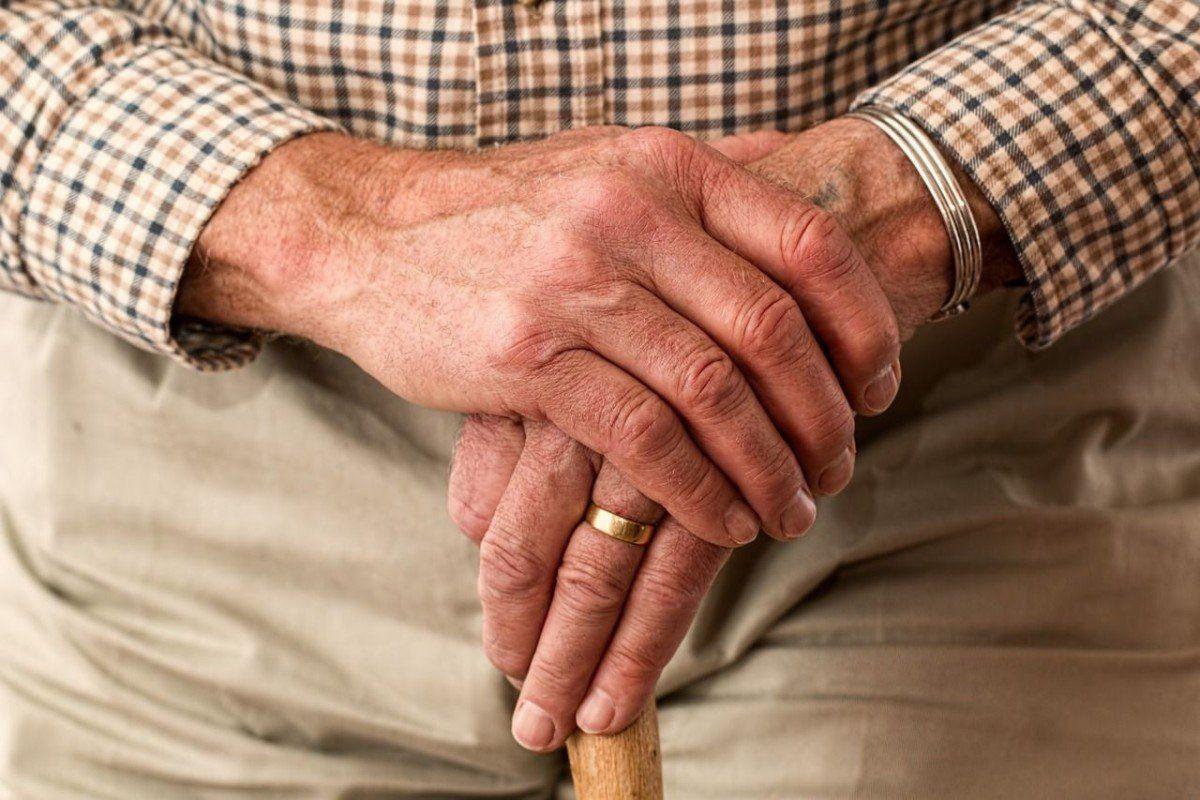 """hand_alter-mann Hessing Stiftung bietet Vortrag zum Thema """"Arthrose in den Händen"""" an Gesundheit Arthrose Hessing-Stiftung Vortrag  Presse Augsburg"""