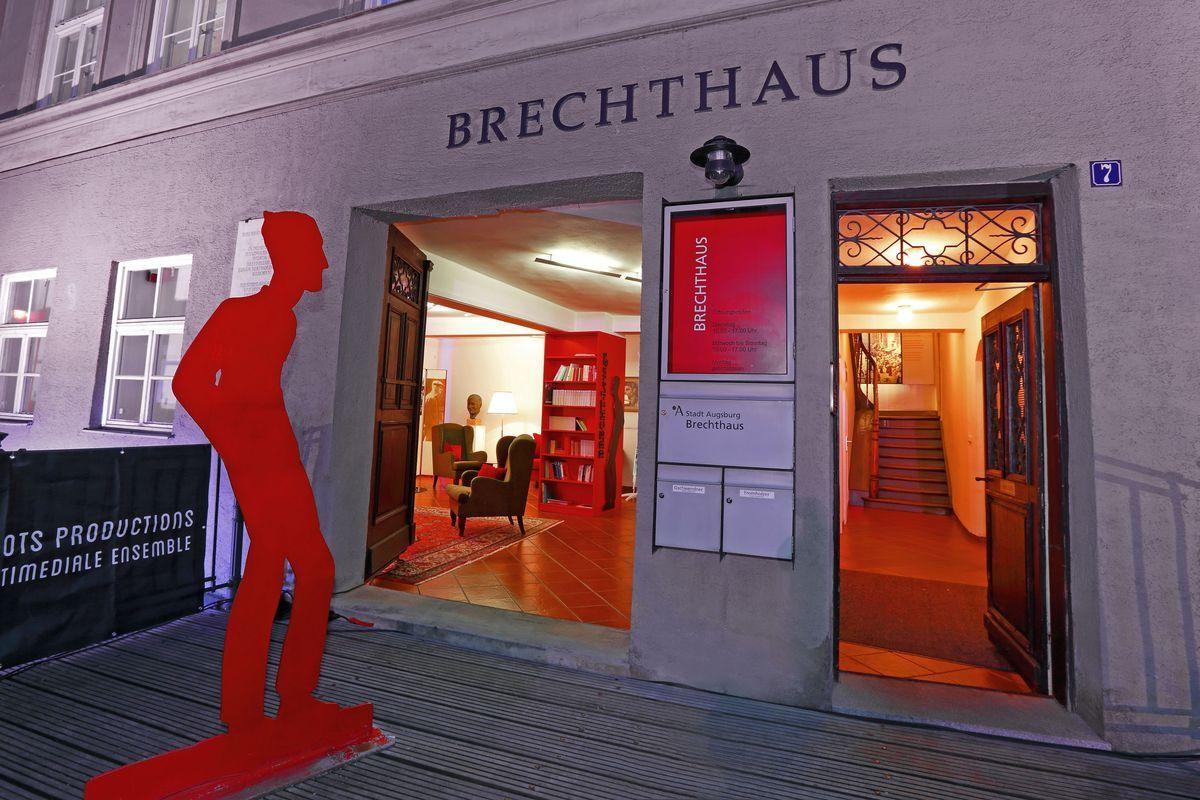 Brechthaus-Blick-nach-innen-Lounge-und-Treppenhaus-Foto-Norbert-Liesz-Wo... Unser Augsburg | Brechthaus – das Geburtshaus Bert Brechts Freizeit Kunst & Kultur News Bert Brecht Brechthaus |Presse Augsburg