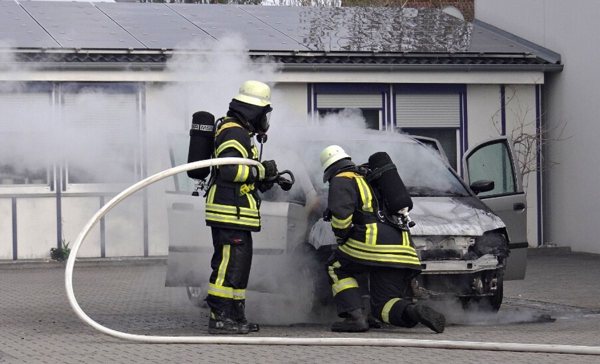 FFKBR_2016065-1 Königsbrunn | Feuer im Gewerbegebiet - Auto brannte vollkommen aus News Polizei & Co Feuerwehr Gewerbegebiet Königsbrunn |Presse Augsburg