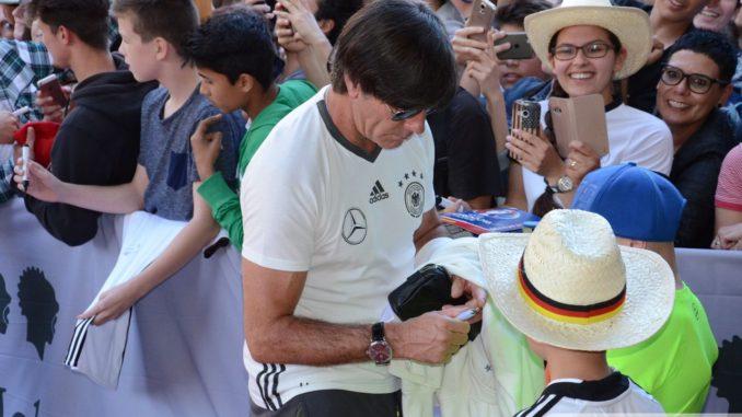Bundestrainer Löw nahm sich nach der Ankunft in Augsburg noch Zeit für Autogramme. | Foto: Wolfgang Czech