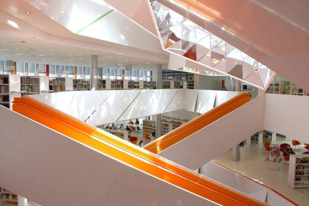 Die Ämterlotsen bieten eine offene Sprechstunde in der Stadtbücherei an. Foto: Neue Stadtbücherei Augsburg