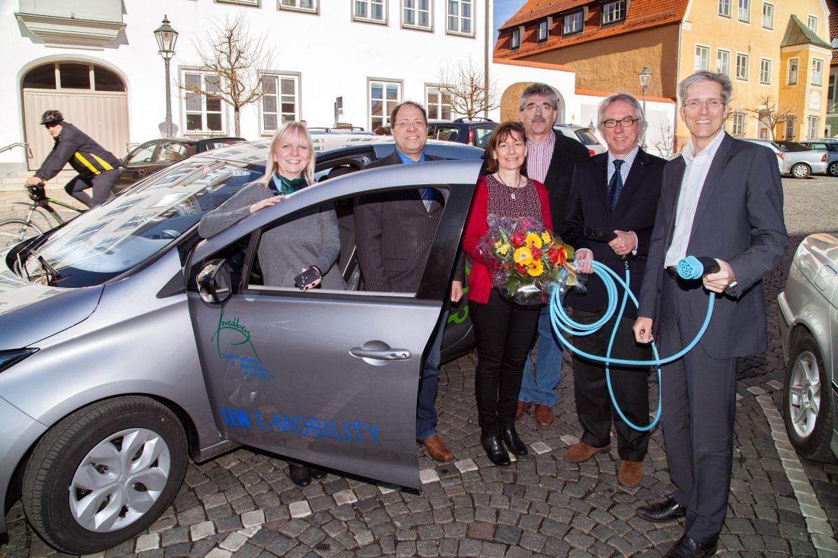 stadt-friedberg_Fahrzeugübergabe-Friedberg Klimafreundliche Dienstfahrten - Friedberg steigt in Elektromobilität ein News Wirtschaft Stadt Friedberg |Presse Augsburg