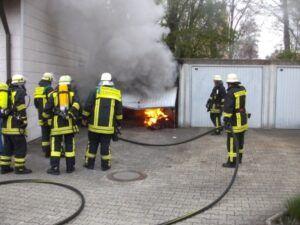 feuerwehr_haunstetten_garagenbrand-300x225 Haunstetten | Feuerwehr bewahrt Wohnhaus vor Brand News Polizei & Co Brand Feuerwehr Garage Haunstetten Schoppenhauerstraße |Presse Augsburg