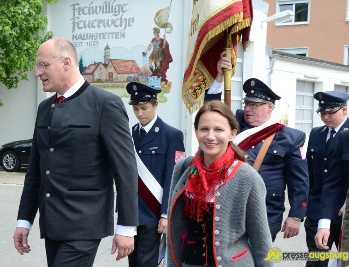 Auch Augsburgs OB Gribl zog mit seiner Lebensgefährtin durch Haunstetten | Foto: Wolfgang Czech