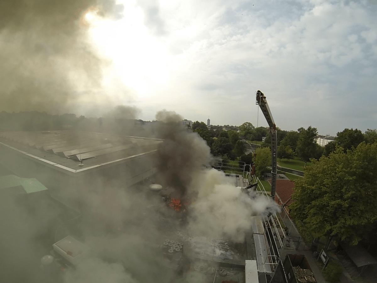 feuerwehr_spickelbad Feuer auf dem Dach des Spickelbades News Polizei & Co Dach Feuer Feuerwehr Hallenbad Spickel Spickelbad |Presse Augsburg