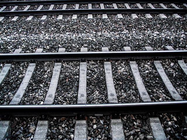 gleise-227143_640 Bahn | Stellwerksstörung auf der Strecke Augsburg - Kaufering - Züge werden zurückgehalten Landkreis Augsburg News Augsburg Bah Kaufering |Presse Augsburg