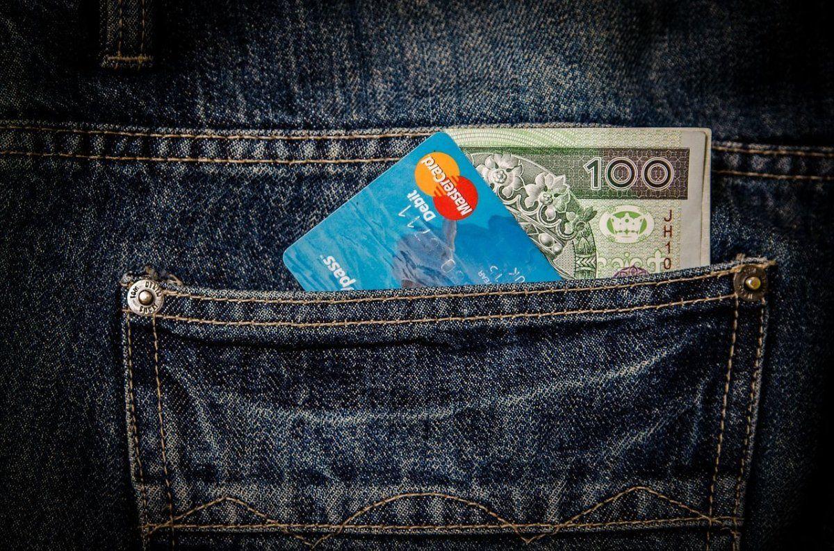 kreditkarte_geld_hosentasche Bankangestellter wirtschaftete insgesamt 183.000 Euro in die eigene Tasche News Polizei & Co Amtsgericht Augsburg Augsburg Bankangestellter Kempten Urteil |Presse Augsburg
