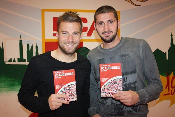 Daniel Baier und Sascha Mölders kommen im Buch gut weg und gerne zur Lesung.