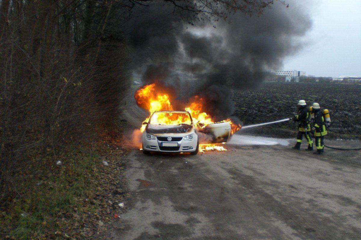 Fahrzeugbrand.jpp_ Berufsfeuerwehr löscht Fahrzeugbrand im Augsburger Osten News Berufsfeuerwehr Augsburg Brand Fahrzeugbrand Feuerwehr |Presse Augsburg