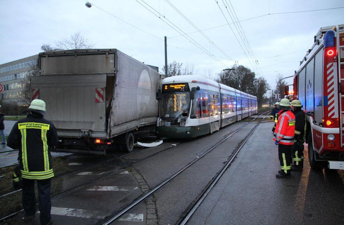 lkw_tram Haunstetter Straße: LKW kracht in Tram News Polizei & Co Feuerwehr Haunstetter Straße LKW Straßenbahn Unfall  Presse Augsburg
