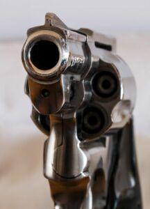 pistole_revolver-216x300 Bärenkeller |Bewaffneter Raubüberfall auf Sparkassen-Filiale News Augsburg Bärenkeller Sparkasse Stadtsparkasse Augsburg Überfall |Presse Augsburg