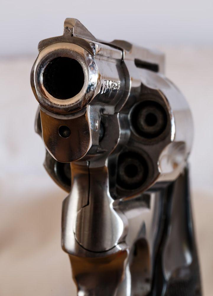pistole_revolver Oberottmarshausen | Flirtversuch unterbunden - Zurückgewiesener zieht Pistole Landkreis Augsburg News Newsletter Polizei & Co bewaffneter Mann Oberottmarshausen Sommernachtsball |Presse Augsburg