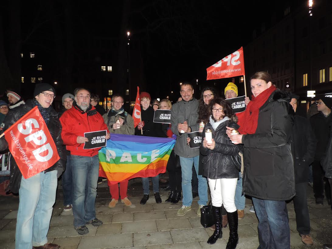 Zahlreiche Menschen versammelten sich zum gemeinsamen Gedenken an die Opfer des Anschlags auf Charlie Hebdo. Unter Ihnen auch die SPD-Abgeordneten Dr. Linus Förster, Angela Steinecker, Margarete Heinrich sowie Augsburgs 2. Bürgermeisterin Eva Weber (CSU).