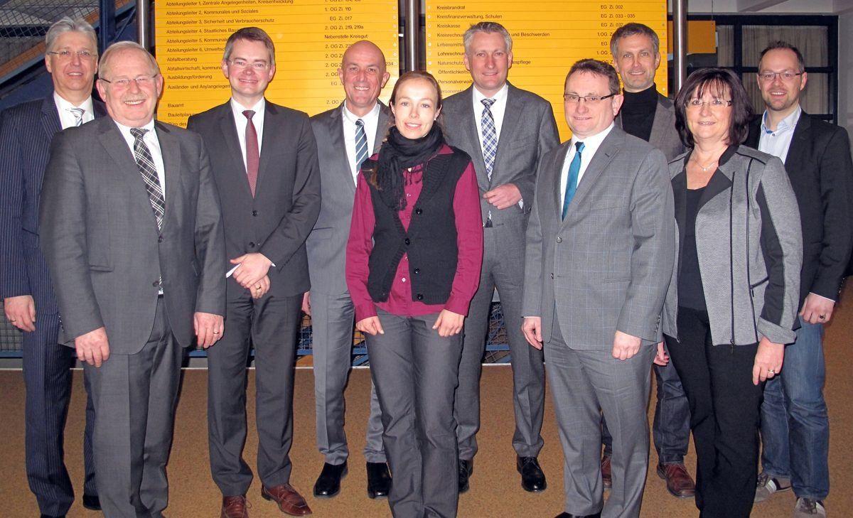 Machen sich gemeinsam für die Umfahrungen von Friedberg, Kissing und Mering-St. Afra stark (v. l.): Hans-Dieter Kandler (Bgm. Mering), Manfred Losinger (stellv. Landrat), Peter Tomaschko (MdL), Dr. Klaus Metzger (Landrat), Sonja Xalter (Staatl. Bauamt Augsburg), Hansjörg Durz (MdB), Ulrich Lange (MdB), Roland Eichmann (Bgm. Friedberg), Silvia Rinderhagen (2. Bgm. Kissing) und Stephan Garbsch (Staatl. Bauamt Augsburg). | Foto: Landratsamt AIC-FDB
