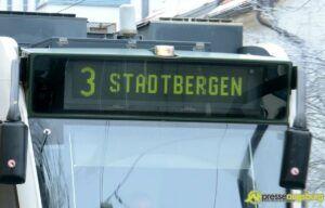 Stadtbergen | Frau mit Kinderwagen übersieht Straßenbahn