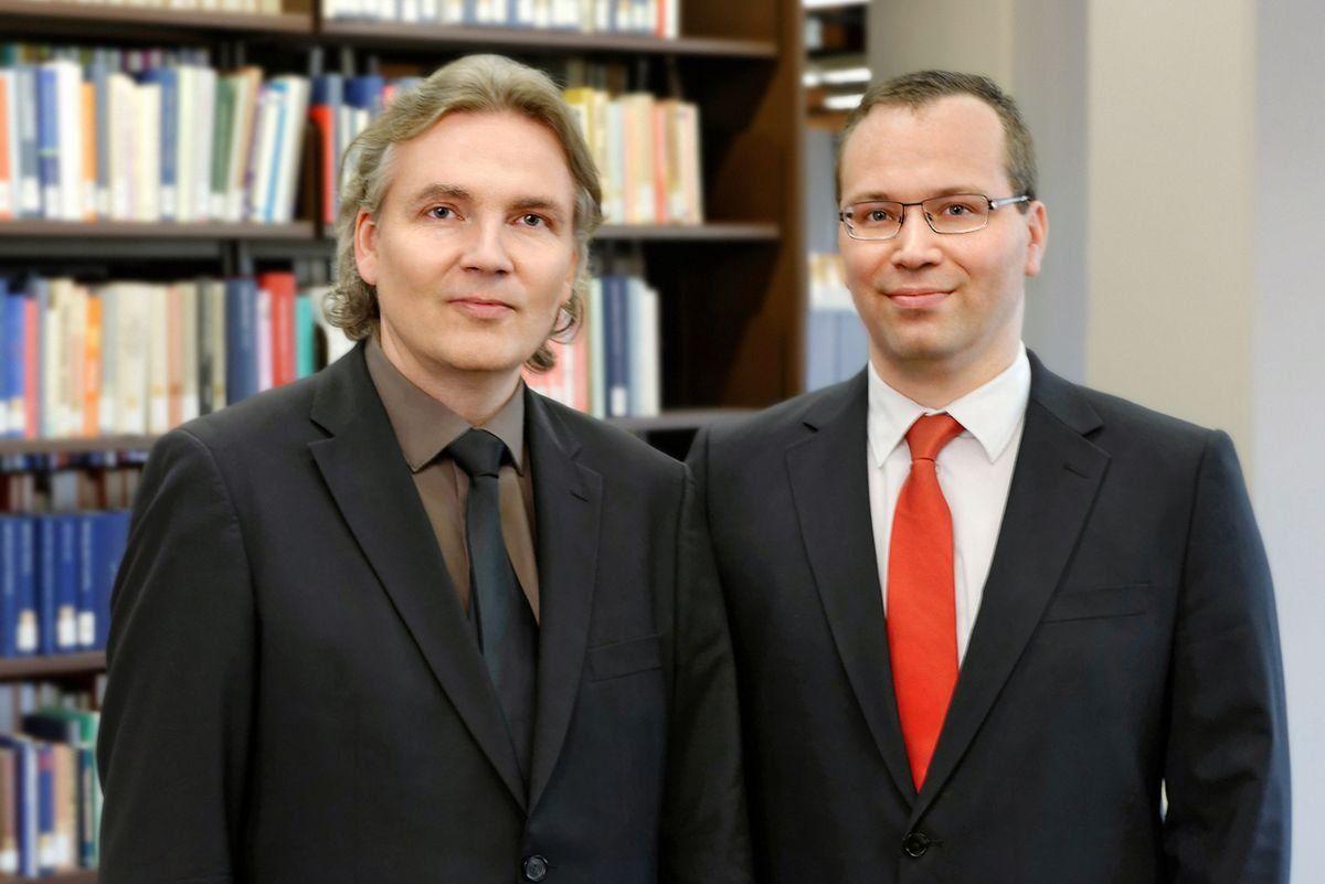 Andreas Thom (links) und Sebastian Walser arbeiten und promovieren auf zwei der drei PROMI-Stellen, die die Universität Augsburg in der letzten Projektrunde einwerben konnte. | Foto: Klaus Satzger-Viel