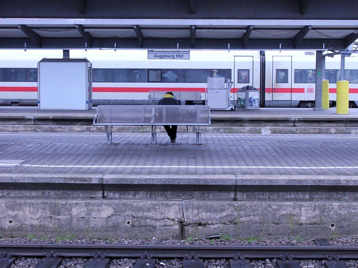 Augsburg-Hbf_hauptbahnhof Tag der Bahnhofsmission  Bundestagsabgeordnete Bahr unterstützt Blaue Engel Augsburg News Politik Tag der Bahnhofsmission Ulrike Bahr  Presse Augsburg