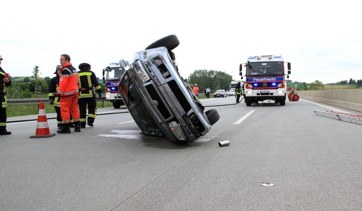 feuerwehr_unfall-a8 Autobahn A8 | Schwerer Verkehrsunfall zwischen Friedberg und Dasing News Polizei & Co A8 Altenmünster Unfall Autobahn Unfall BAB8 Unfall A8 Augsburg Dasing Unfall |Presse Augsburg