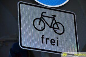 Augsburg | Mann schubst Frau mit Kleinkind vom Fahrrad