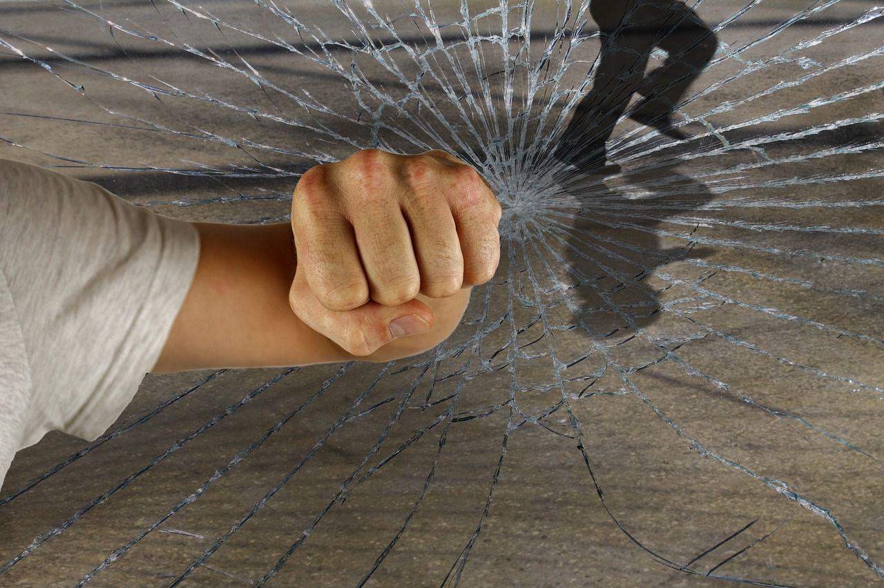 gewalt_schläger Prügelei am Buchloer Bahnhof - Mehrere Männer schlagen auf 19-Jährigen ein News Ostallgäu Polizei & Co Bahnhof Buchloe Schlägerei |Presse Augsburg