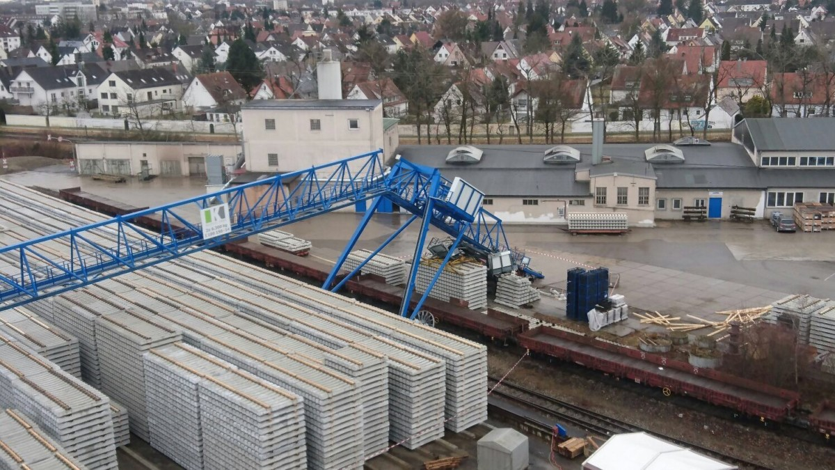 IMG_1456 Schwerer Betriebsunfall in Lechhausen: Kranausleger reißt in 12 Metern Höhe ab - Arbeiter wird verletzt Augsburg Stadt News Polizei & Co |Presse Augsburg