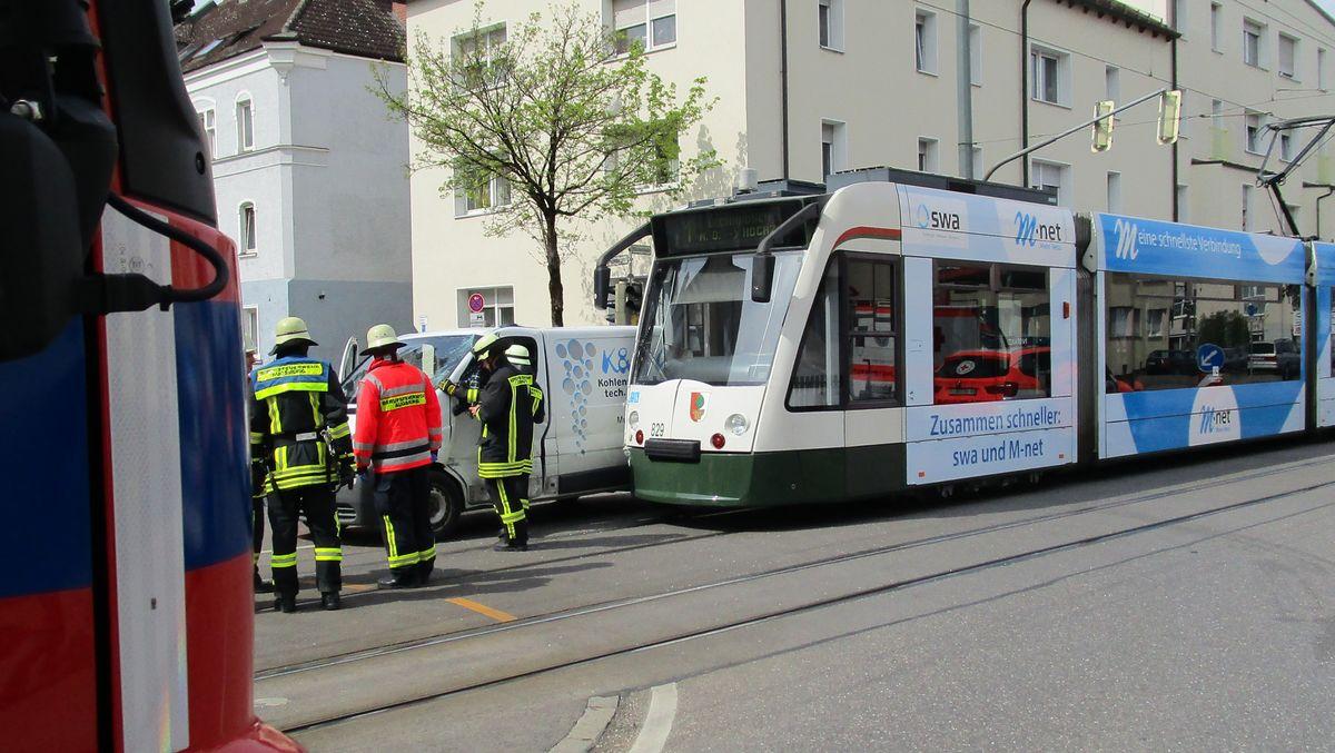 IMG_0050 Unfall in Augsburg-Lechhausen - Straßenbahn kollidiert mit Transporter Augsburg Stadt News Polizei & Co Lechhausen Straßenbahn Unfall  Presse Augsburg
