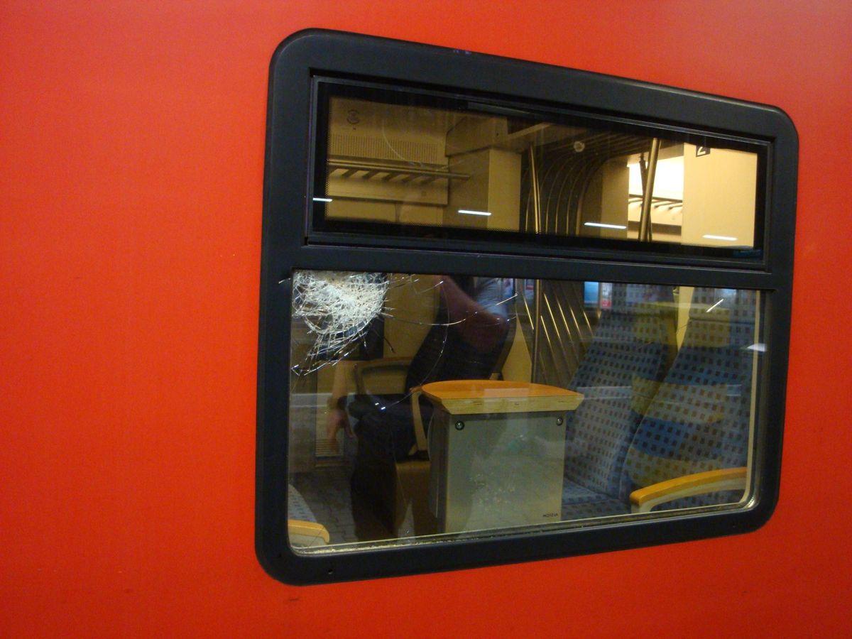 170531_084_IN_ÖA_Fenster-Fugger_Express Langweid   Unbekannter beleidigt Bahnmitarbeiter und schlägt Zugscheibe ein Landkreis Augsburg News Polizei & Co Bahnhof Langweid Polizei Randalierer  Presse Augsburg
