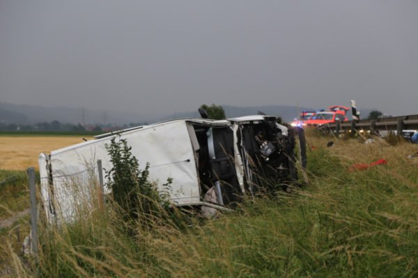 A7 Bad Grönenbach – Woringen – Kleinbus mit fünf Konzert-Besuchern besetzt verunglückt auf Autobahn