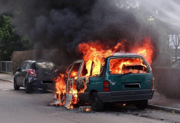 Technischer Defekt - Auto brennt in Königsbrunn total aus