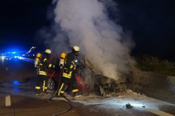 A 8 |Auto brennt nach Verkehrsunfall aus, Smartphone übersteht Feuer fast unbeschadet