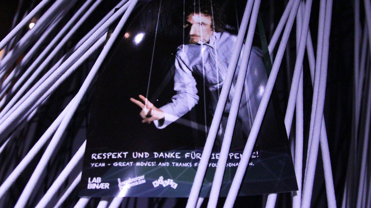 """2017-07-06-102902 Die Grenzen zwischen Puppenspieler und Puppe verschwinden - Augsburger Puppentheatermuseum mit interaktiver Installation Augsburg Stadt Freizeit News Augsburger Puppenkiste Augsburger Puppentheatermuseums """"die Kiste"""" Geist  Presse Augsburg"""