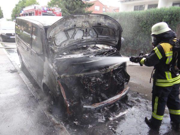 Königsbrunn | Auto geht in Flammen auf
