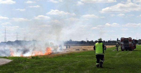 Königsbrunn | Großballenpresse fängt Feuer - 4000 m² Feld brennen nieder