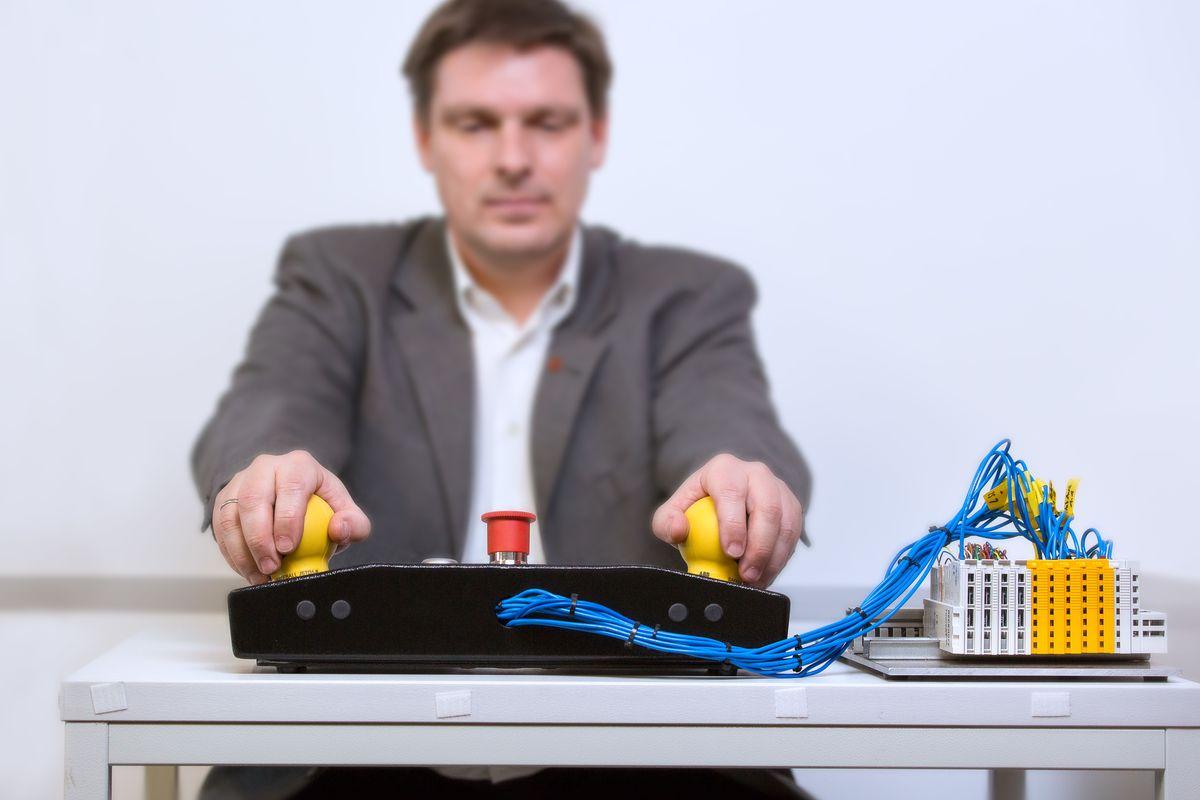 HSA-Labor-Automatisierungstechnik-Christina-Bleier Hochschule Augsburg bietet Brückenqualifizierung für Ingenieure Augsburg Stadt News Brückenqualifizierung für Ingenieure Hochschule Augsburg |Presse Augsburg