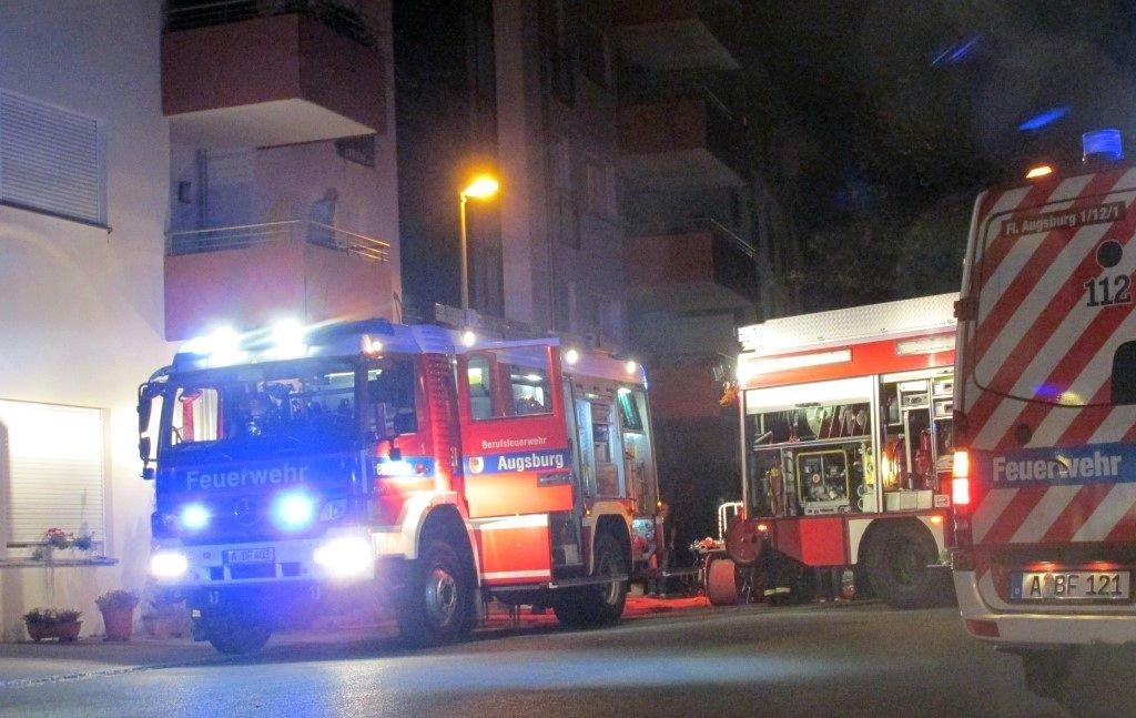IMG_3919-Medium Augsburg-Pfersee   Tiefgaragenbrand löst großen Feuerwehreinsatz aus Augsburg Stadt News Newsletter Polizei & Co Am Webereck Feuerwehr Pfersee Tiefgarage  Presse Augsburg