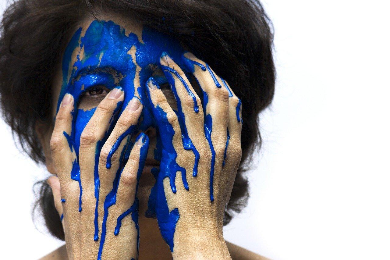 blau_gesicht_1501084202 Schwabmünchen | Doch kein Überfall - Frau besprüht sich selbst mit blauer Farbe Landkreis Augsburg News Polizei & Co blaue Farbe Polizei Rewe Schwabmünchen Überfall |Presse Augsburg