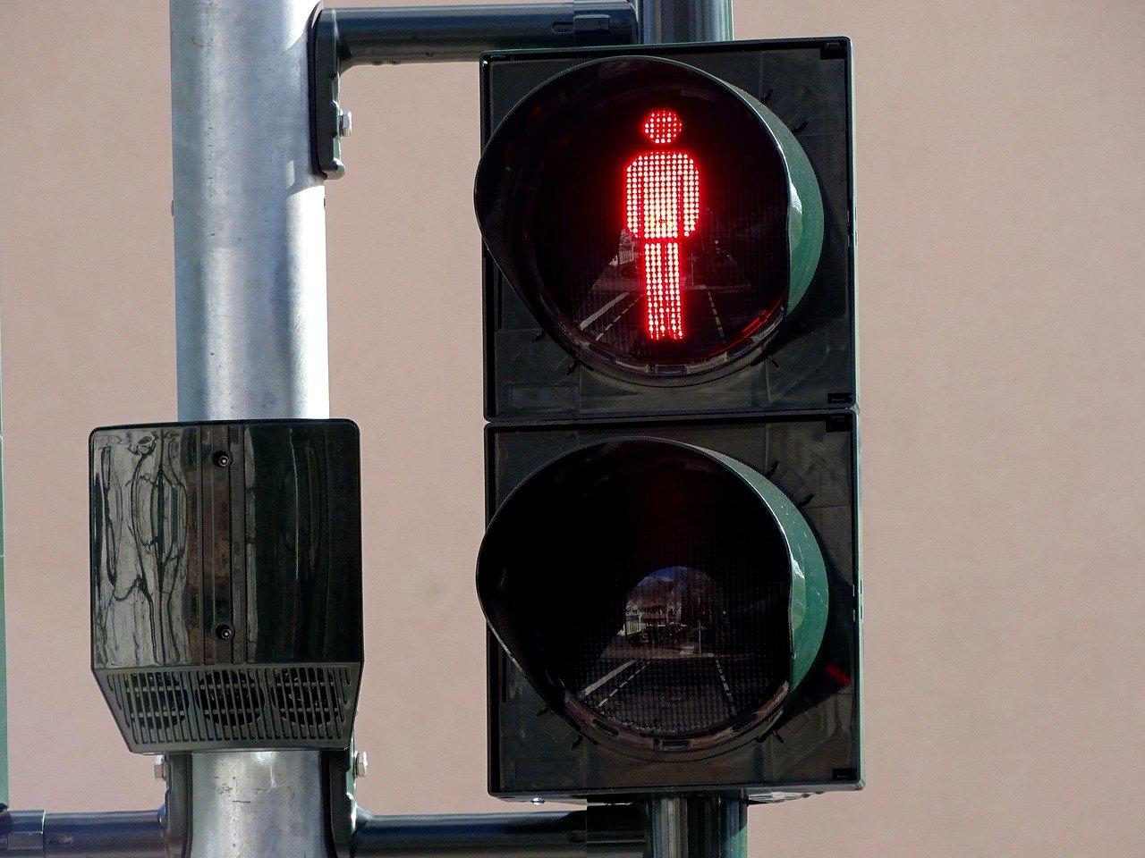 fußgänger_ampel_1499863683 Augsburg   Fußgängerin überquert bei Rotlicht die Straße und wird angefahren Augsburg Stadt News Polizei & Co  Presse Augsburg