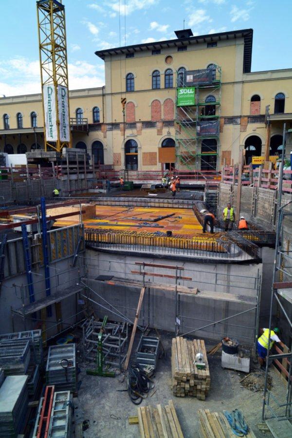 Projekt Augsburg City Hauptbahnhof: Die Arbeiten am Straßenbahntunnel kommen in der Eingangshalle an