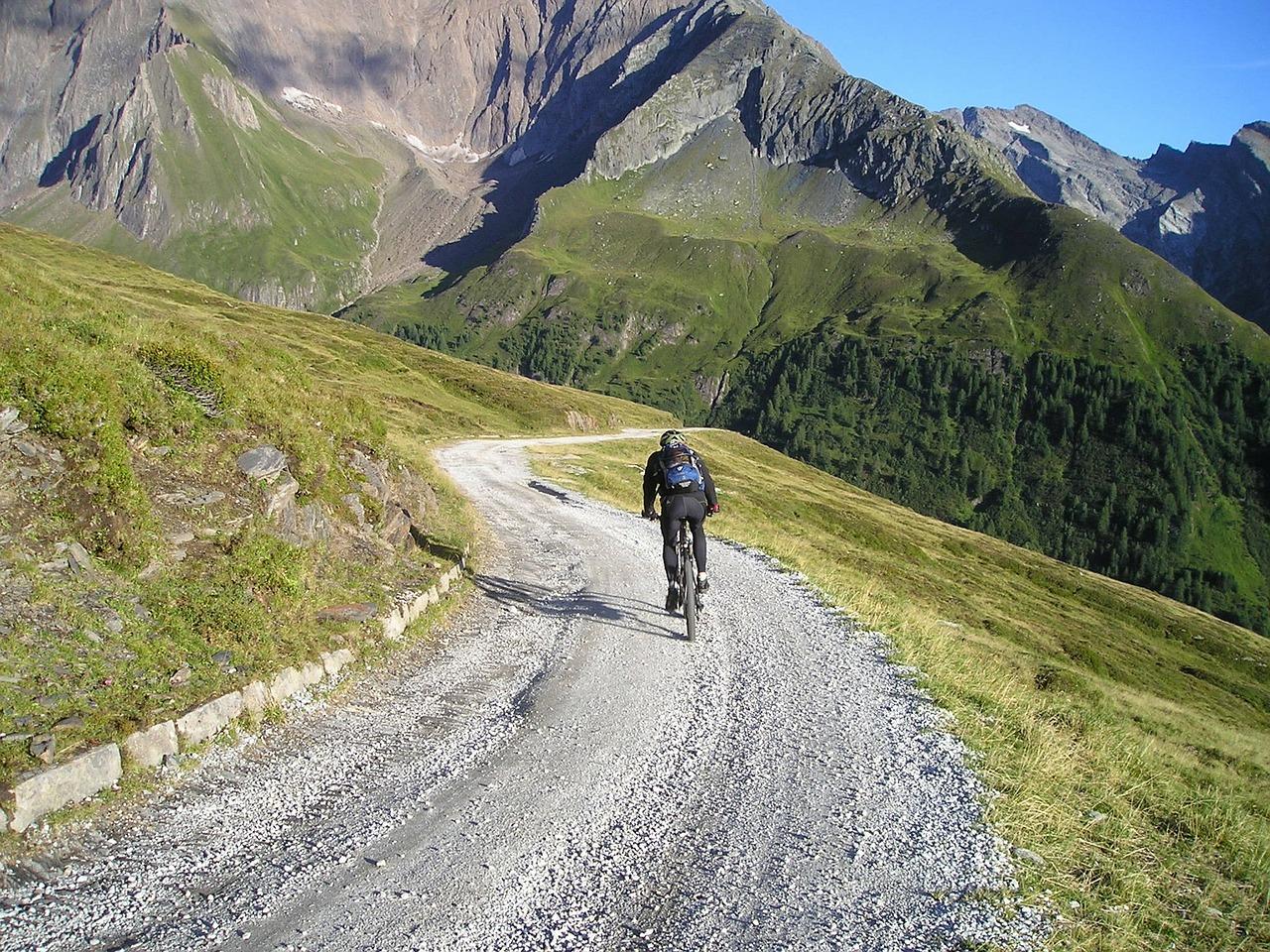 Aichach-Friedberg   Mountainbiker stirbt nach 10 Meter-Sturz im Zillertal