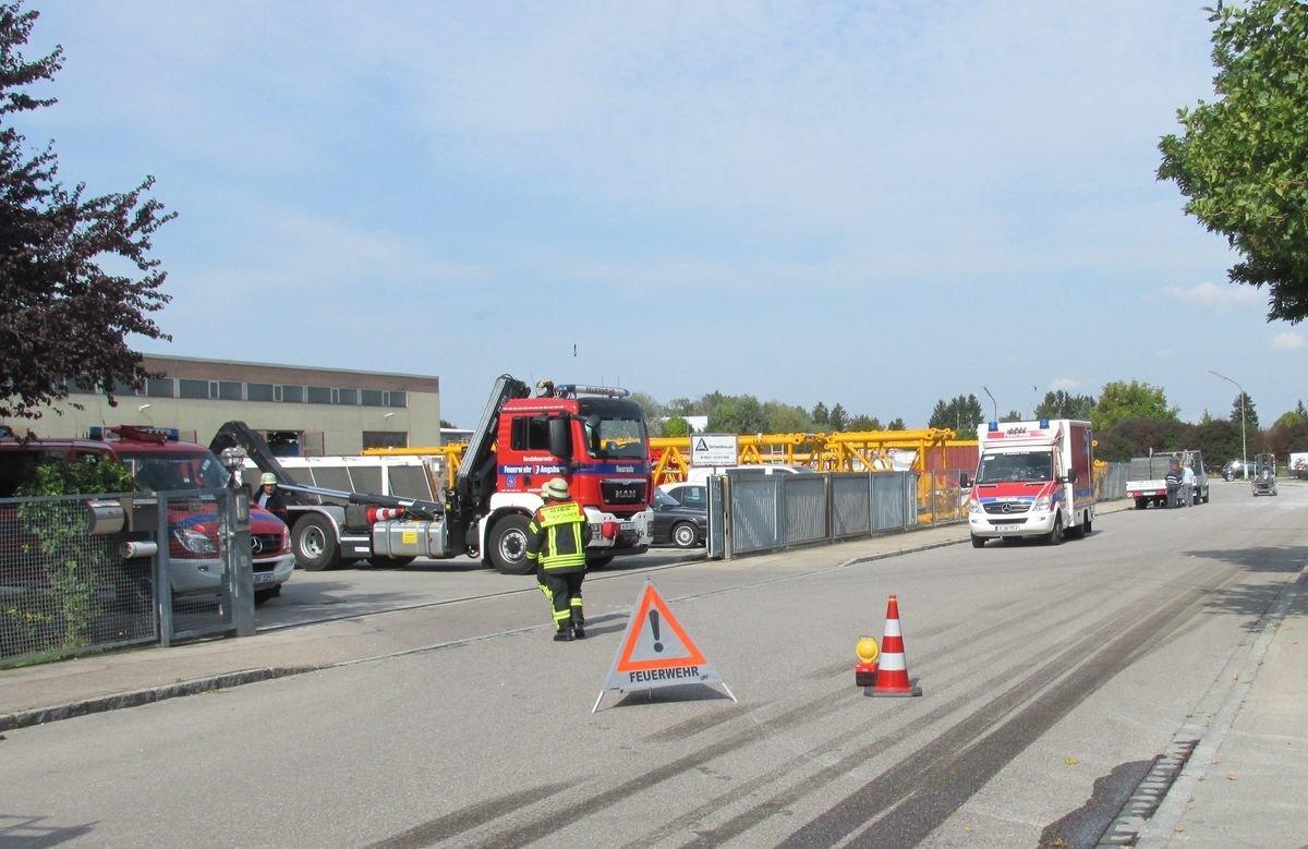 IMG_4235-1 Augsburg-Lechhausen   Tank wird bei Unfall von Gefahrenlastwagen beschädigt Augsburg Stadt News Polizei & Co Augsburg Eissackstraße Feuerwehr Lechhausen LKW Unfall  Presse Augsburg