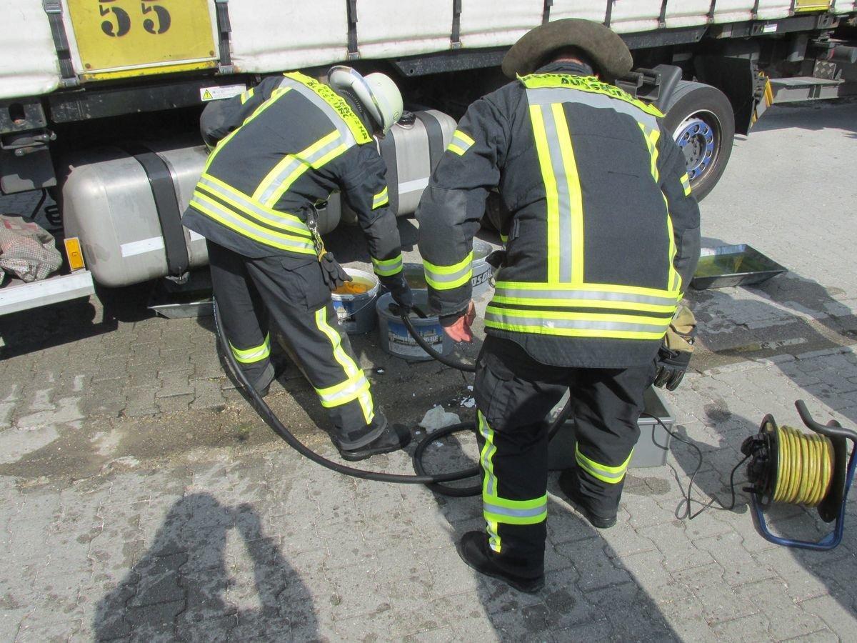 IMG_4235 Augsburg-Lechhausen   Tank wird bei Unfall von Gefahrenlastwagen beschädigt Augsburg Stadt News Polizei & Co Augsburg Eissackstraße Feuerwehr Lechhausen LKW Unfall  Presse Augsburg