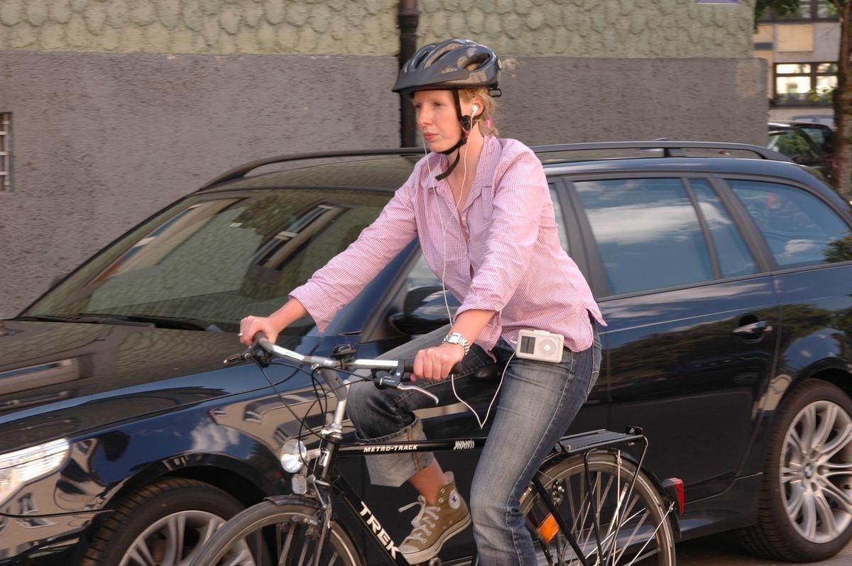 adac_bernhardgraef Gefährlich | Die volle Dröhnung - Jeder zehnte junge Erwachsene fährt mit Kopfhörern Fahrrad Überregionale Schlagzeilen Vermischtes ADAC Fahrrad Kopfhörer Musik |Presse Augsburg