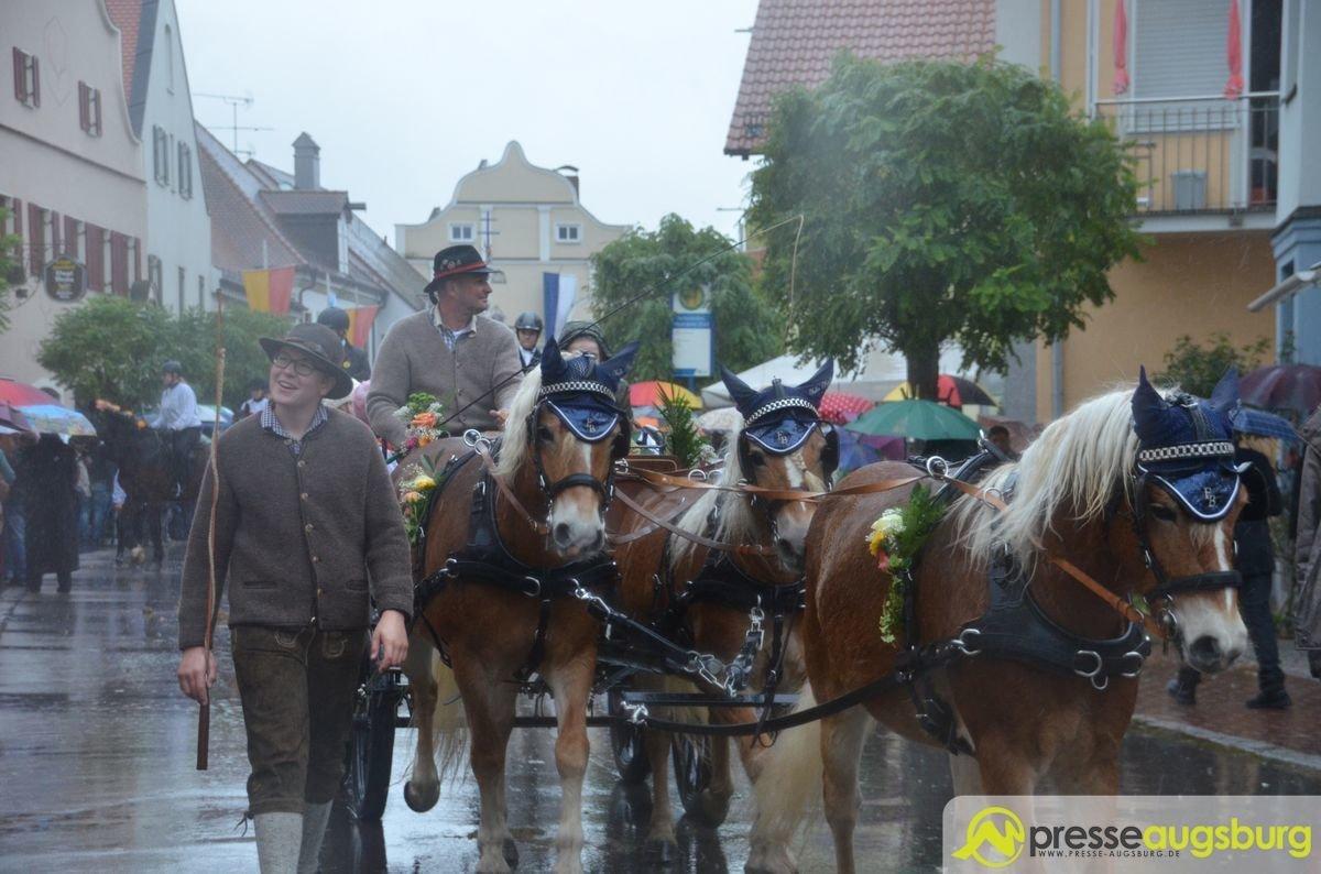 DSC_6546 Tausende trotzen beim Leonhardiritt in Inchenhofen dem Regen Aichach Friedberg Bildergalerien Freizeit News Inchenhofen Leonhardiritt  Presse Augsburg