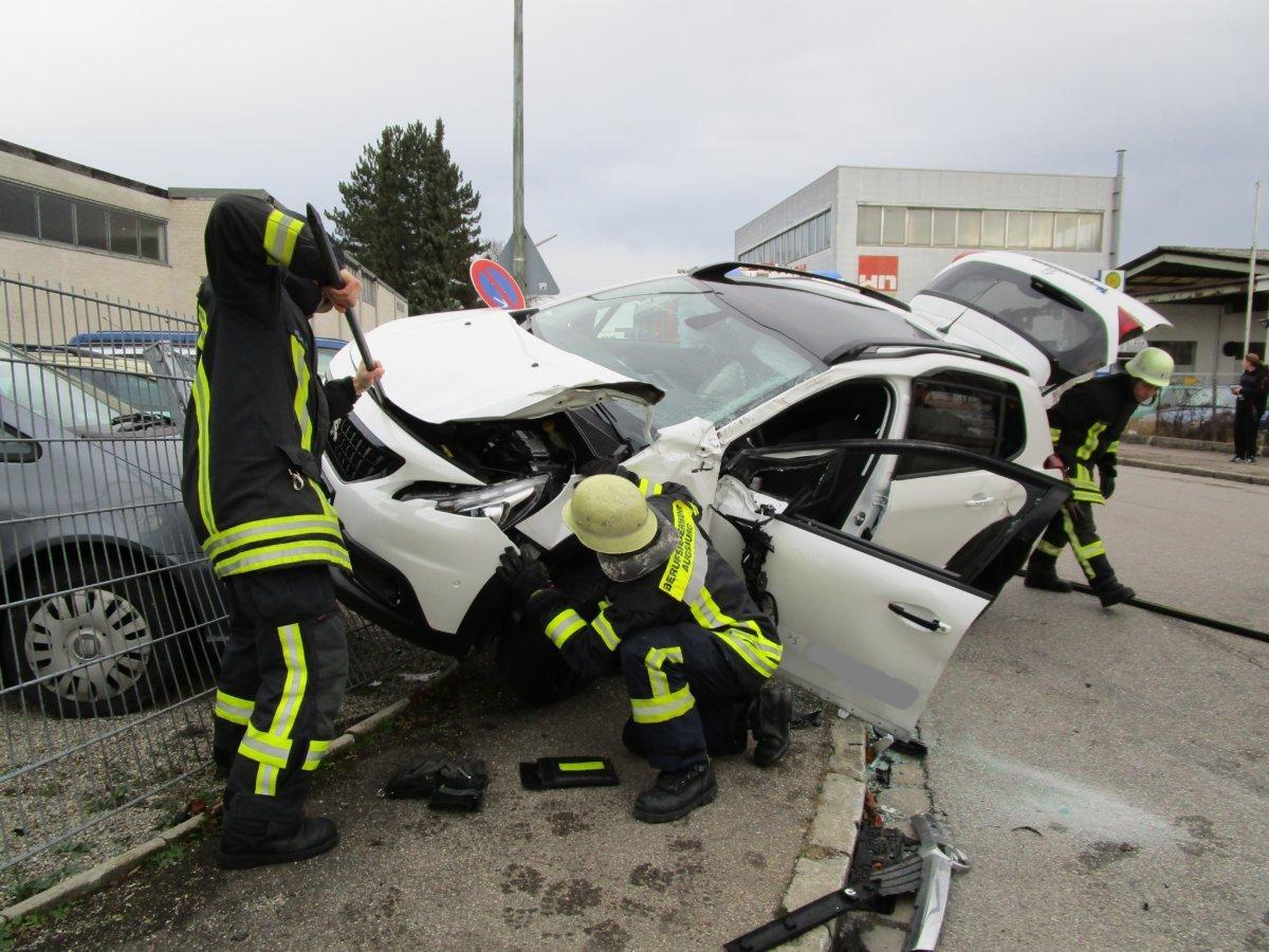 IMG_0228 Augsburg-Lechhausen | Auto hängt im Zaun fest - Drei Personen verletzt Augsburg Stadt Bildergalerien News Polizei & Co Feuerwehr Lechhausen Unfall |Presse Augsburg
