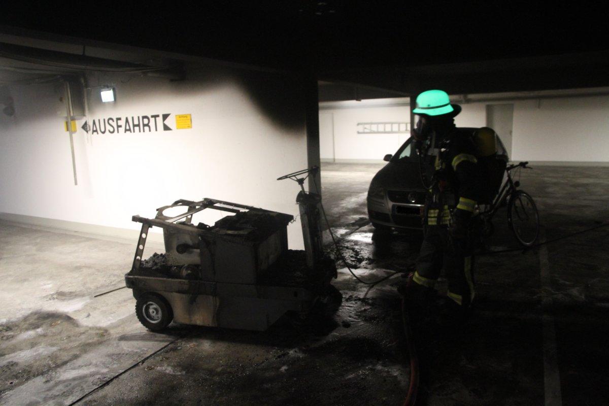 IMG_2762-1 Augsburg-Göggingen   Kehrmaschine gerät in Brand - Feuerwehr muss Mann aus verqualmter Tiefgarage retten Augsburg Stadt News Polizei & Co Augsburg-Göggingen Feuerwehr  Presse Augsburg