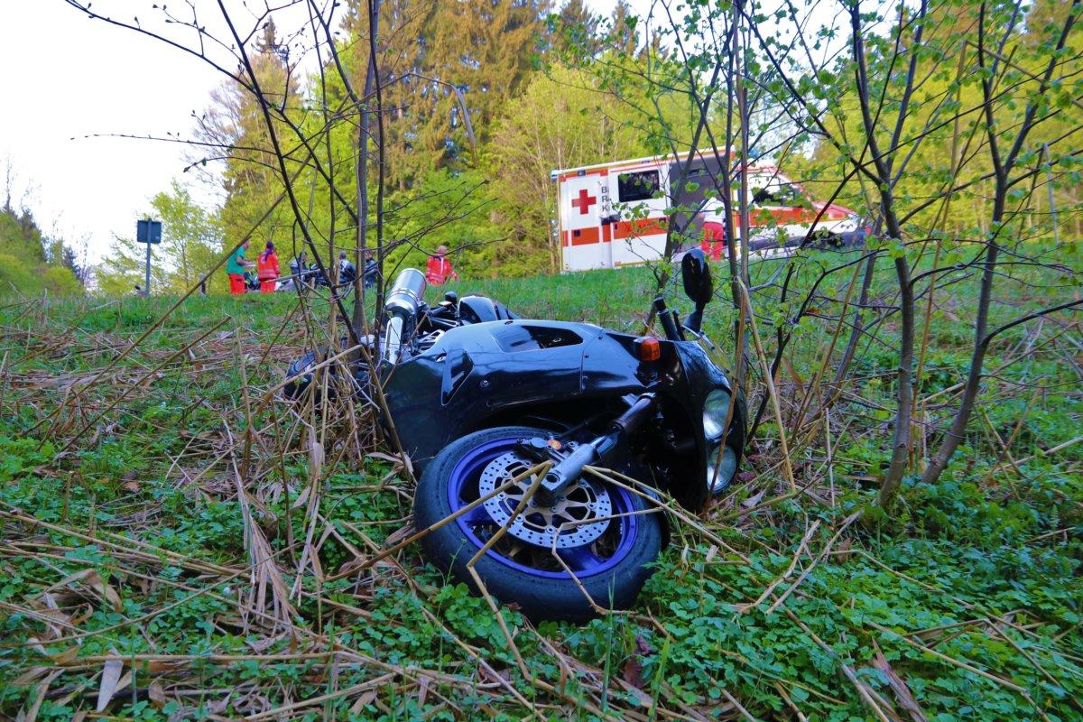 n5_180429_ID13169_8 Allgäu   Biker verliert die Kontrolle über sein Motorrad - Sturz endet tödlich News Oberallgäu Polizei & Co Motorrad Unfall Zaumberg  Presse Augsburg